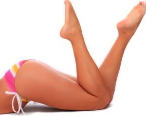 девушка со стройными ногами