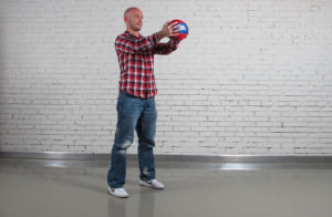 мужчина держит мяч