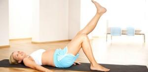 девушка делает упражнения после родов