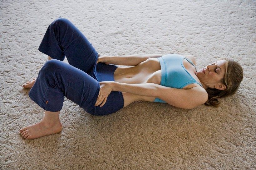 девушка делает упражнение вакуум