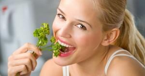 девушка ест сельдерей