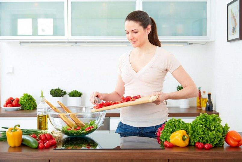 девушка готовит на кухне