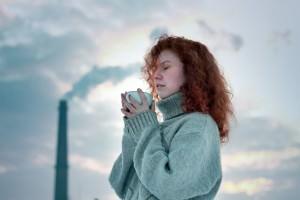 девушка пьет имбирный чай