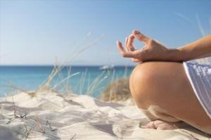 девушка сидит на песке
