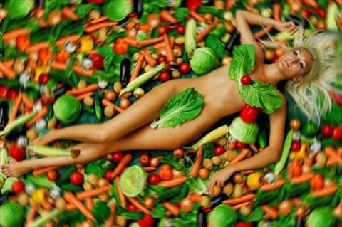 девушка в овощах