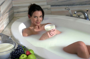 девушка принимает ванну клеопатры
