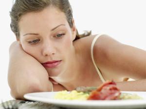 девушка за тарелкой с едой