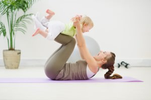 мать тренируется с ребенком