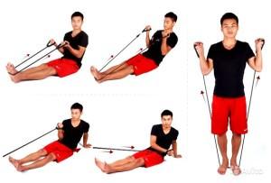 мужчина делает упражнения с эспандером для ног