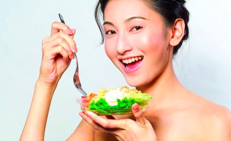 японская девушка ест салат